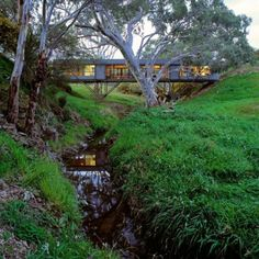 Bridge House by Australian architect Max Pritchard bridges the gap between innovation and architecture. Is it a bridge? Is it a house? This cool, modern design is both. Cantilever Architecture, Architecture Design, Architecture Wallpaper, Australian Architecture, Sustainable Architecture, Regal Industrial, Industrial Style, Casas Containers, Modern House Design