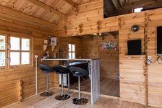 Aj takto sa dá zariadiť chata Angers.  Objednávajte na woodsk.eu Log Cabin Living, Roof Overhang, Wooden Buildings, Wooden Sheds, Big Windows, Cabin Design, Floor Space, Open Floor, Cabins