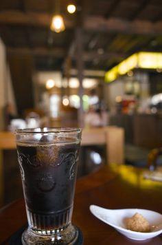 アイスコーヒー。レトロカフェだと、コーヒーの黒が落ち着いて見える。