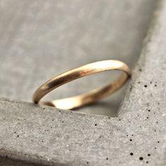 Eine zierliche, stapelbare 2 mm x 1 mm Halbrund Band Hand geschmiedet aus 100 % Recycling-14 k gelb-Gold und angesichts einer gebürsteten beenden. Dieser Ring wird auf Bestellung in jeder Größe 4-9 gebildet. (auch halbe Größen) und wird speziell für Sie gemacht werden und innerhalb von 5 Wochen verschickt werden, Bitte hinterlassen Sie Ihre Größe in Notizen an Verkäufer wenn Sie heraus überprüfen, um sicherzustellen, dass es keine Verzögerungen gibt. Wenn Sie Größe 7 oder größer (oder wenn…