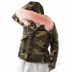 Chaqueta militar con pelo rosa