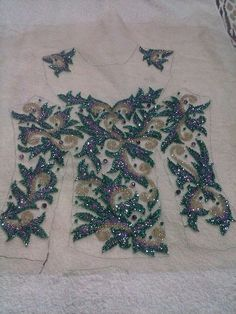 Bordado detalhes Tambour Beading, Tambour Embroidery, Couture Embroidery, Types Of Embroidery, Shirt Embroidery, Silk Ribbon Embroidery, Embroidery Patterns, Sewing Patterns, Beads Clothes