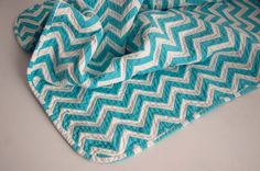 Aesthetic Nest: Sewing: Chevron Chenille Baby Blanket (Tutorial) - We should make a baby blanket while I'm in Maine! Chenille Blanket, Chevron Baby Blankets, Chevron Blanket, Chevron Quilt, Baby Chevron, Chevron Crochet, Chevron Fabric, Lap Blanket, Chenille Fabric