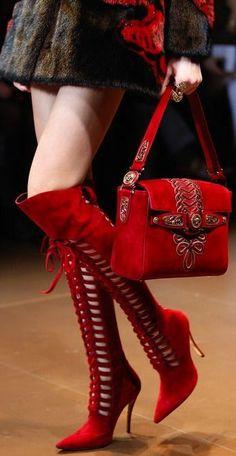 bota vermelha no estilo glam rock - http://vestidododia.com.br/estilos/estilo-glam/estilo-glam-rock/conheca-o-estilo-glam-rock/