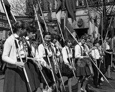 Maidemonstration in Ost-Berlin, 1960 leicar6/Timeline Images #1960er #Berlin #Ostberlin #DDR  #GDR #Ostdeutschland #EastGermany #Fahnen #Flaggen #Demonstration #Parade #FDJ #JungePioniere #Jugend #Jugendliche