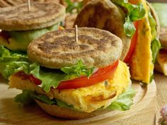 Orkiszowe kanapki z serowym omletem | KuchniaMniam Salmon Burgers, Sandwiches, Chicken, Ethnic Recipes, Foods, Food Food, Salmon Patties, Food Items, Paninis