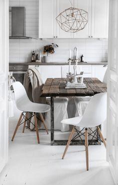 ヴィンテージスタイルの木製家具は、北欧家具のような白木や磨き上げられた美しい木目の木ではなく、使い古された廃材のような色合いが特徴。古い印刷所にあるテーブルやキャビネットのように、機械の油やインクが染み込んだような家具がイメージ。装飾が多くなく、直線の多い実用的なものをセレクトするのがポイントです。