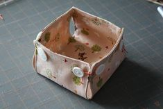 DIY: little fabric baskets with button corners