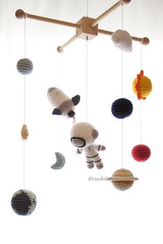 M bile Astronauta amigurumi croch no Mindulim Crochet Diy, Crochet For Kids, Crochet Crafts, Crochet Projects, Crochet Baby Mobiles, Crochet Mobile, Crochet Toys Patterns, Amigurumi Patterns, Stuffed Animal Patterns