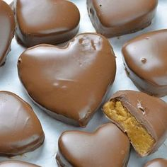 This Reese's Peanut Butter Valentine's Heart recipe is super simple and easy to make. These cute chocolate peanut butter hearts will melt in your mouth! Creamy Peanut Butter, Chocolate Peanut Butter, Chocolate Desserts, Melting Chocolate, Yummy Treats, Delicious Desserts, Dessert Recipes, Kolachy Cookies, Oreo Truffles
