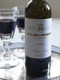 Marqués de Murrieta Reserva 2011  Marqués de Murrieta er et av de mest prestisjetunge vinhusene i Spania med en historie som daterer seg helt tilbake til 1852. Dette er faktisk den eldste vingården i Rioja som fortsatt er i drift. Her produserer de sine egne druer på den kjente vinmarken Ygay. Som dagens eier, Vicente Dalmau sier. - Vin er som et menneske - det fungerer best når det er en del av en familie og ikke en del av børsen. Få har lenger vinhistorie i Spania enn familien…