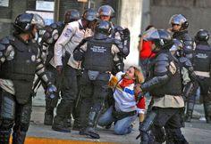 LA GNB trata así a las personas que hacen marchas,  solo para  ser libres nuevamente, solo con una una bandera, para someter a esta dama se necesita esta cantidad de gorilas??? fecha de la foto no la tengo solo el hecho.