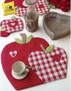 We sew apples for kitchen in style a patchwork Table Runner And Placemats, Quilted Table Runners, Quilting Projects, Sewing Projects, Fabric Crafts, Sewing Crafts, Apple Decorations, Place Mats Quilted, Mug Rug Patterns