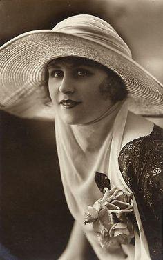 """"""" A l'ombre des jeunes filles en fleurs..."""" ( M. Proust )"""