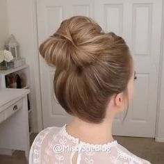 How to make the perfect hair bun with a little effort mittellanges haar geflochten einfach videos SUPER EASY BUN TUTORIAL Easy Hairstyles For Long Hair, Pretty Hairstyles, Braided Hairstyles, Wedding Hairstyles, 2 Buns Hairstyle, Indian Hairstyles, Beach Hairstyles, Funky Hairstyles, Formal Hairstyles