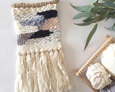 様々な太さや種類の毛糸、小石やビーズ、木の枝などを個性豊かに織り上げてみませんか?新しい手芸のかたち《weaving/手織物》。個性的で素敵なインテリアを手作りしましょう。