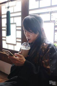 이준기 봇 : 크마 '김현준' on Lol I love sageuk bts pics. Makes me think of time travel.hehe Lee Joon Gi as Wang So. Moon LoversLol I love sageuk bts pics. Makes me think of time travel.hehe Lee Joon Gi as Wang So. Park Hae Jin, Park Seo Joon, Asian Actors, Korean Actors, Korean Dramas, Moon Lovers Scarlet Heart Ryeo, Korean Celebrities, Celebs, Moon Lovers Drama