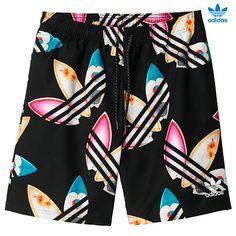 BAÑADOR PHARRELL WILLIAMS SURF. Pharrell Williams, músico y creador de tendencias, colabora con adidas Originals y diseña este bañador de estilo surfero con un colorido estampado de tréboles. Presenta un forro de malla transpirable y una cintura elástica con cordón ajustable especialmente pensada para que te muevas cómodo en el agua. adidas PW Surf Shorts AO2991 http://www.srbalon.com/hombre/adidas-pw-surf-shorts-ao2991