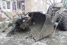 В Бердянске начали активно корчевать пни поваленных деревьев. Ямы в тротуарах будут заделывать плиткой