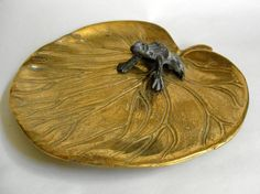 #Heavy brass figural lily pad and frog desktop deskweight desk coin tidy #10613
