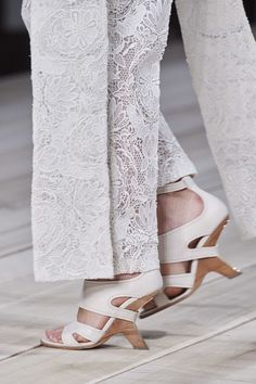 Alexander McQueen Spring 2020 Ready-to-Wear Fashion Show - Vogue Alexander Mcqueen, Vogue Paris, Vogue India, Couture, White Fashion, Simple Outfits, Mannequins, Fashion 2020, Paris Fashion