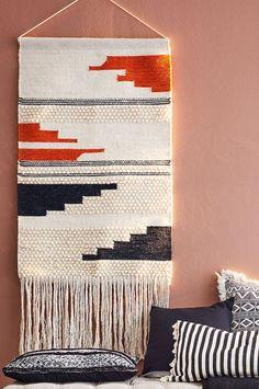 En 70-tals inspirerad väggbonad som ger ett ombonat intryck. Material: Ull och bomull. Storlek: Höjd 90 cm, bredd 60 cm. Beskrivning: Vävd väggbonad av ull och bomull. Tips/Råd: Textilier på väggarna är ljuddämpande.