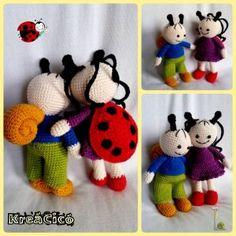 Bár eredetileg ez a minta nem annak készült, aminek látszik, a megfelelő színeket használva ISMERŐS ARCOKAT alkothatsz. Elkészítés: könnyű Méret: kb. 18 cm Hozzávalók: amigurumi fonal 6 mm-es biztonsá Handmade Handbags, Paros, Darning, Just Do It, Fiber Art, Crochet Necklace, Berries, Crochet Hats, Clay