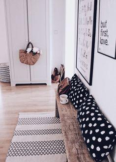 Holzbank selber bauen - das geht einfacher als man denkt! Construisez vous-même un banc en bois Inexpensive Home Decor, Cheap Home Decor, Diy Home Decor, Farmhouse Bench, Farmhouse Kitchen Decor, Farmhouse Small, Cheap Apartment, Diy Décoration, Home Decor Trends