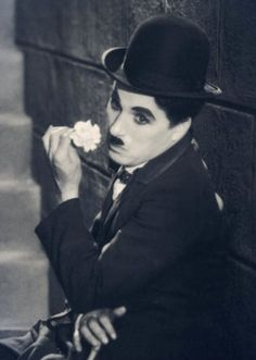 Charlie Chaplin CITY LIGHTS - 1931 The tramp sits down by the water and dreams of the beautiful flower girl. Vevey, Classic Hollywood, Old Hollywood, Charlie Chaplin City Lights, Charles Spencer Chaplin, George Burns, My Prince Charming, Comedy Movies, Silent Film