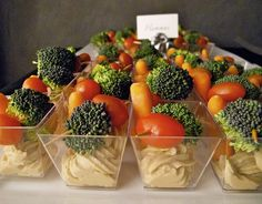 hummus + veggie cups for parties Veggie Cups, Veggie Tray, Veggie Platters, Vegan Snacks On The Go, Healthy Snacks, Healthy Appetizers, Party Food On A Budget, Smoothie, Mousse