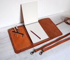 Funda de cuaderno de dibujo con pluma titular y por erikasleather