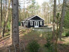 Prefab Cottages, Black House Exterior, Tiny House, Places To Visit, Cabin, House Styles, Holiday, Shop, Home Decor