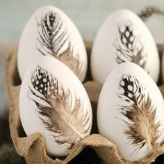 Scandinavian style Easter: DIY feather Easter eggs These feather Easter eggs are so calm, beautiful and Nordic like! Prepare some dyeable, reusable faux Easter eggs, feather and pick cardboard. Easter Egg Designs, Diy Ostern, Coloring Easter Eggs, Easter Celebration, Egg Art, Egg Decorating, Decorating Easter Eggs, Easter Bunny Decorations, Easter Wreaths