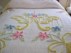 LOVELY VINTAGE CHENILLE BEDSPREAD-WHITE WITH FLORAL MOTIF-92 X 103