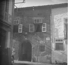 SANTIAGO: unha imaxe de comezos do século XX. Esta fotografía amosa o edificio desaparecido onde agora se acha a sede de Correos, na rúa do Franco. Painting, Historia, Santiago De Compostela, Fotografia, Antique Photos, Buildings, Cities, Painting Art, Paintings
