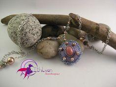 Ciondolo in tessitura Peyote 3D con cabochon in vetro, perle Swarovski e perle di metallo. : Ciondoli di ithilyen-heartbeatjoux
