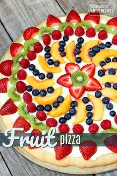 cookie crust, cream cheese, and fresh fruit - what could possibly be better? This Easy Fruit Pizza Recipe is a must try! via cookie crust, cream cheese, and fresh fruit - what could possibly be better? This Easy Fruit Pizza Recipe is a must try! Köstliche Desserts, Summer Desserts, Delicious Desserts, Yummy Food, Fresh Fruit Desserts, Sugar Cookie Pizza, Cookie Crust, Cookie Dough, Cookie Bars