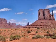 Una desmesura de la naturaleza, asombrosa por la altura de sus montañas, el abismo cromático de sus desfiladeros, sus cielos de zafiro y el blanco y rojo de sus cálidos desiertos. El Gran Cañón, Monument Valley, Sedona y los picos interminables de las Montañas Rocosas… se extienden a lo largo y ancho de la mítica Arizona. Territorio de los indios navajos.