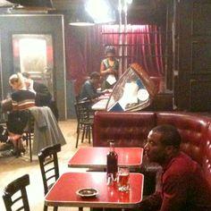 Esta semana Robert Pattinson gravou cenas de Life no Paddock Tavern, em Toronto. O estabelecimento foi usado na trama como um bar de jazz dos anos 50 novaiorquino. A gente tem uma foto dos bastidores da gravação onde o Rob aparece: