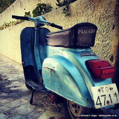 OLDTIMER | Für echte Vespa Fans ein Paradies - machen zwar einen äußerlich schrecklichen Eindruck, rollen aber noch alle munter dahin. Vespa, Munter, Greece Travel, Fans, My Love, Design, Products, Paradise, Antique Cars