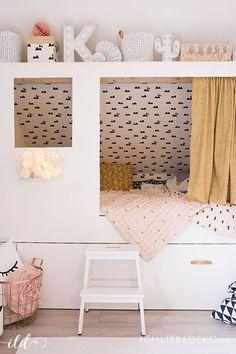 gemütliches DIY Kojenbett im Mädchenzimmer, mit Textilien in den Trendfarben Altrosa und Senfgelb