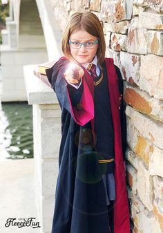 This harry potter robe pattern free is perfect for your little hogwarts student. with step Harry Potter Cloak, Harry Potter Wizard, Harry Potter Cosplay, Harry Potter Diy, Sewing Patterns Free, Free Sewing, Harry Potter Enfants, Hogwarts Robes, Cloak Pattern