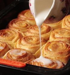 Cimmonrolls, swivels to the classic American cinnamon. Easy Cooking, Cooking Recipes, Pan Rapido, Delicious Desserts, Dessert Recipes, Confort Food, Best Cinnamon Rolls, Gateaux Cake, Kinds Of Desserts