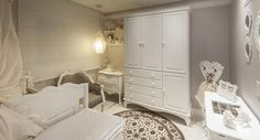O quarto de bebê feito pela arquiteta Celina Galiotto Furlan para a 16ª Sala de Arquitetos de Caxias do Sul, levou o produto Oxide Wh no chão.