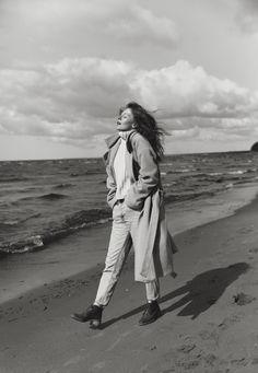 Black and white portrait by the ocean Urban Photography, Editorial Photography, Portrait Photography, Fashion Photography, Girl Photo Shoots, Girl Photos, Kreative Portraits, Winter Beach, Beach Shoot