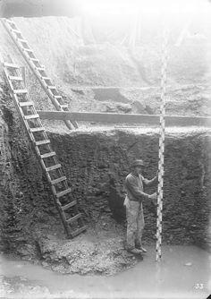 Brücke Kohlenweg/MLK. In der nörlichen Baugrube der ehemaligen Brückenanlage Nr. 155 (Brücke Kohlenweg) werden Messungen (Lattenmessung) vorgenommen. Die Brücke existiert nicht mehr, muss nahe Helpse bei der Siedlung Baum gewesen sein. Aufnahme aus dem Jahr 1910.