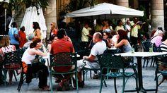 Descubre la magia y el encanto de la Plaza de la Catedral  https://havanaprivatesuite.com/publicaciones/957/descubre-la-magia-y-el-encanto-de-la-plaza-de-la-catedral  ¿Quién lo iba a decir? De plaza cenagosa a símbolo más rutilante de la ciudad. Rodeada de palacios, famosos restaurantes, galerías, museos y muchos, muchos turistas, la Plaza de la catedral es un sitio obligado para cualquier visitante.