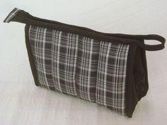 Nécessaire confeccionada com tecido dublado e forrada com nylon.   Mede aproximadamente 21cm de largura, 13cm de altura e 7cm de profundidade. R$ 24,00