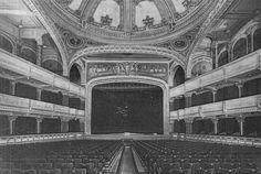 Uma imagem do que a Cidade de São Paulo perdeu: esta fotografia de 1926 mostra o fabuloso teatro do Palacete Santa Helena, na Praça da Sé, um dos grandes marcos arquitetônicos da capital e que foi demolida por completo em 23 de outubro de 1971, após 117 dias de marretadas. Fonte: L'Illustrazione Italiana N.29 - 18/07/1926