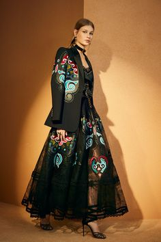 Elie Saab Pre-Fall 2018 Fashion Show Collection Elie Saab Couture, Quirky Fashion, Boho Fashion, High Fashion, Fashion Dresses, Fashion Design, Style Haute Couture, Couture Mode, Couture Fashion